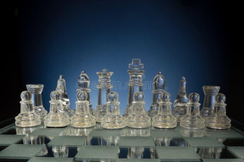 Πρόσωπο με πρόσωπο, πρώτο βήμα σκακιού Διάστημα αντιγράφων για το κείμενο στοκ εικόνες