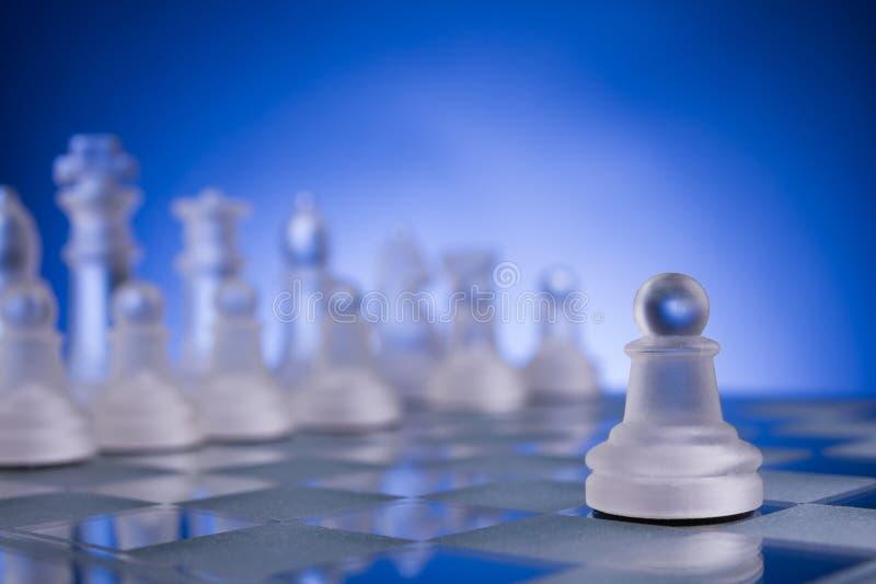 Πρόσωπο με πρόσωπο, πρώτο βήμα σκακιού Διάστημα αντιγράφων για το κείμενο στοκ εικόνα