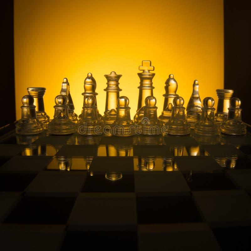 Πρόσωπο με πρόσωπο, πρώτο βήμα σκακιού Διάστημα αντιγράφων για το κείμενο στοκ φωτογραφίες