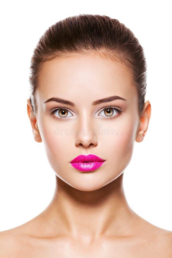 Πρόσωπο μιας όμορφης νέας γυναίκας μόδας με τη γοητεία makeup στοκ εικόνα