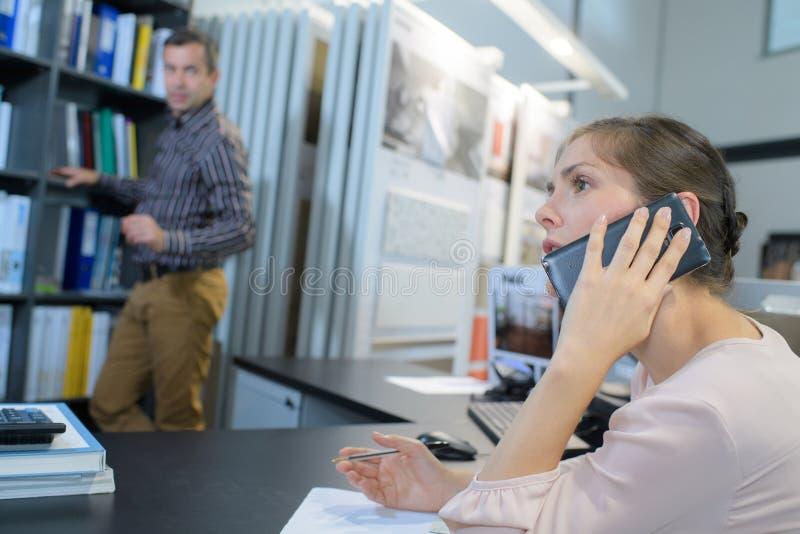 Πρόσωπο μιλώντας στο τηλέφωνο στοκ φωτογραφία
