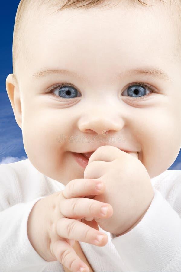 Πρόσωπο μωρών πέρα από το μπλε ουρανό στοκ φωτογραφία με δικαίωμα ελεύθερης χρήσης
