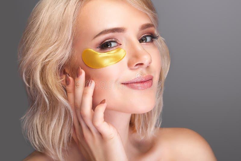 Πρόσωπο ομορφιάς γυναικών με τη μάσκα κάτω από τα μάτια Όμορφο θηλυκό με το NA στοκ εικόνες
