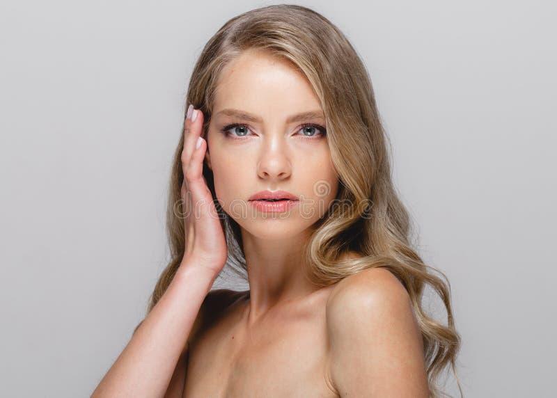 Πρόσωπο ομορφιάς γυναικών Όμορφο ξανθό πρότυπο κορίτσι ομορφιάς γυναικών με στοκ φωτογραφία