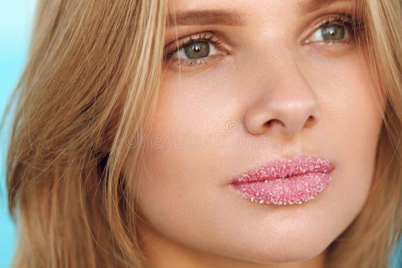 Πρόσωπο ομορφιάς Η όμορφη γυναίκα με τα πλήρη χείλια με το χείλι ζάχαρης τρίβει στοκ φωτογραφίες με δικαίωμα ελεύθερης χρήσης