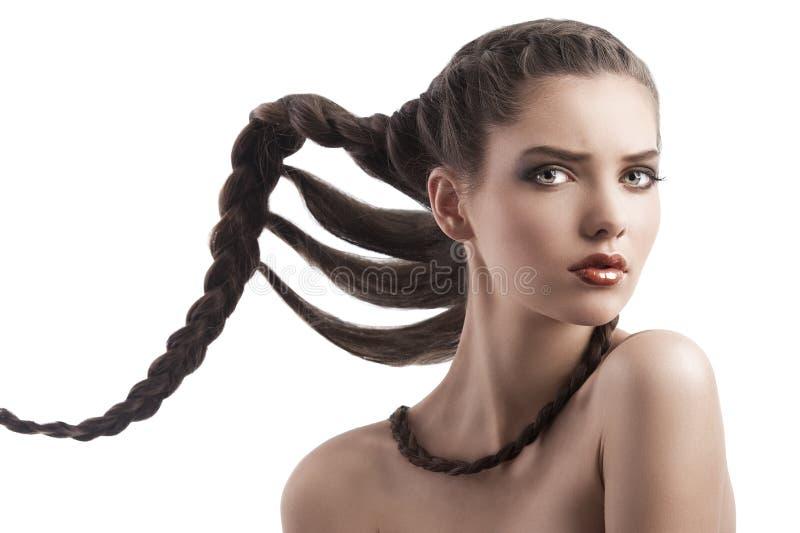 Πρόσωπο ομορφιάς που καλύπτονται ενός brunette με το hairstyle στοκ εικόνα