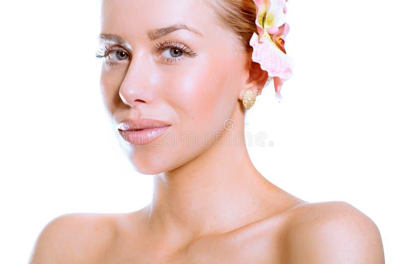 Πρόσωπο ομορφιάς της νέας όμορφης γυναίκας με το λουλούδι στοκ φωτογραφίες με δικαίωμα ελεύθερης χρήσης