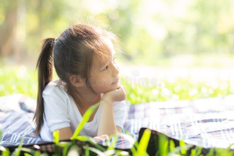 Πρόσωπο πορτρέτου της χαριτωμένης ασιατικής ευτυχίας μικρών κοριτσιών και παιδιών και διασκέδαση στο πάρκο το καλοκαίρι στοκ εικόνες