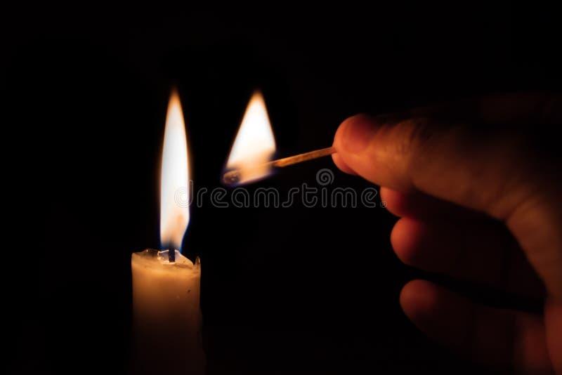Πρόσωπο που ανάβει ένα κερί με ένα matchstick στοκ εικόνα με δικαίωμα ελεύθερης χρήσης