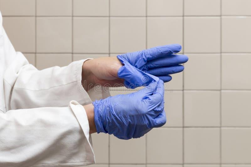 Πρόσωπο που αφαιρεί τα γάντια για την εργασία, την προφύλαξη και την υγιεινή στοκ εικόνες