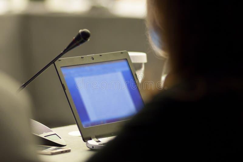 Πρόσωπο που εξετάζει το όργανο ελέγχου υπολογιστών σε μια επιχειρησιακή συνεδρίαση στοκ εικόνα με δικαίωμα ελεύθερης χρήσης