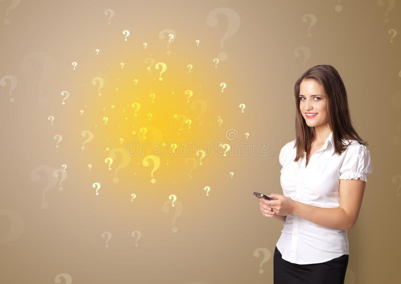 Πρόσωπο που παρουσιάζει κάτι με την έννοια σημαδιών ερώτησης στοκ εικόνες με δικαίωμα ελεύθερης χρήσης