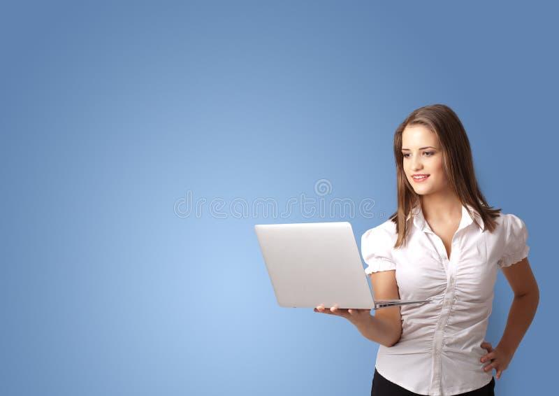 Πρόσωπο που παρουσιάζει κάτι με το κενό διάστημα στοκ φωτογραφία