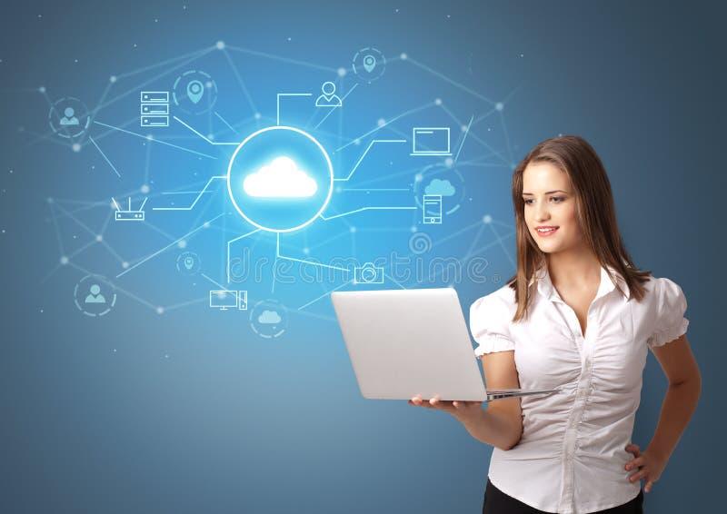 Πρόσωπο που παρουσιάζει την έννοια τεχνολογίας σύννεφων γραφείων στοκ φωτογραφία
