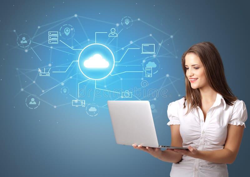 Πρόσωπο που παρουσιάζει την έννοια τεχνολογίας σύννεφων γραφείων στοκ εικόνα