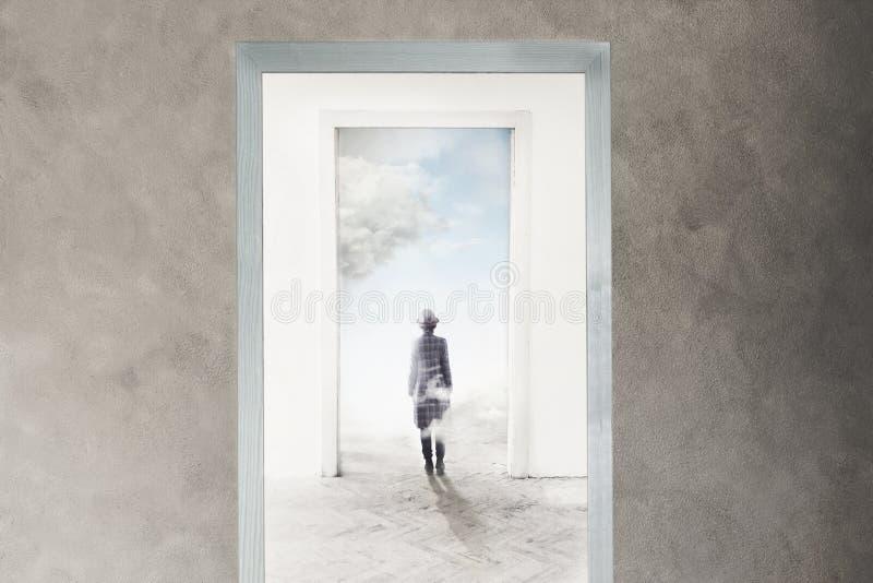 Πρόσωπο που περπατά προς την ελευθερία στοκ φωτογραφία