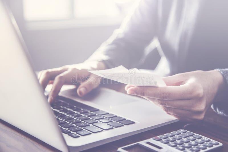 Πρόσωπο που πληρώνει το τιμολόγιο στον υπολογιστή στοκ εικόνα με δικαίωμα ελεύθερης χρήσης