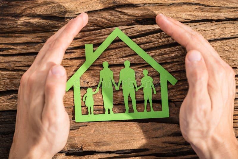 Πρόσωπο που προστατεύει τη οικογενειακή κατοικία στοκ εικόνες με δικαίωμα ελεύθερης χρήσης