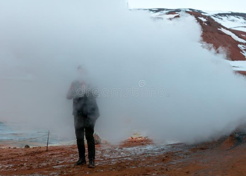 Πρόσωπο που στέκεται στην ομίχλη σε έναν λόφο στοκ φωτογραφία