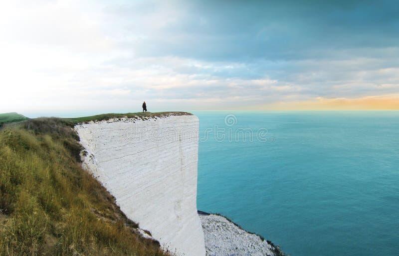 Πρόσωπο που στέκεται στον απότομο βράχο στοκ φωτογραφία με δικαίωμα ελεύθερης χρήσης
