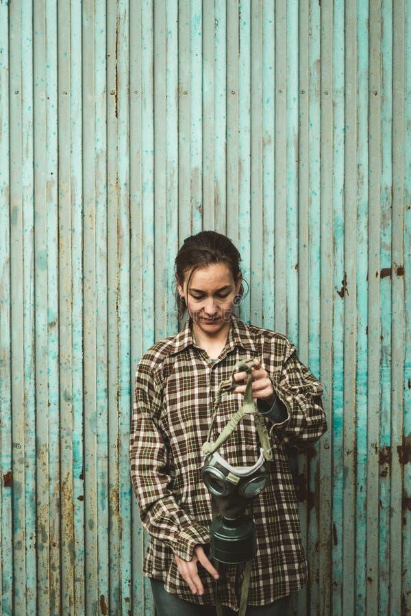 Πρόσωπο που φορά μια μάσκα αερίου Έννοια μόλυνσης στοκ φωτογραφία με δικαίωμα ελεύθερης χρήσης