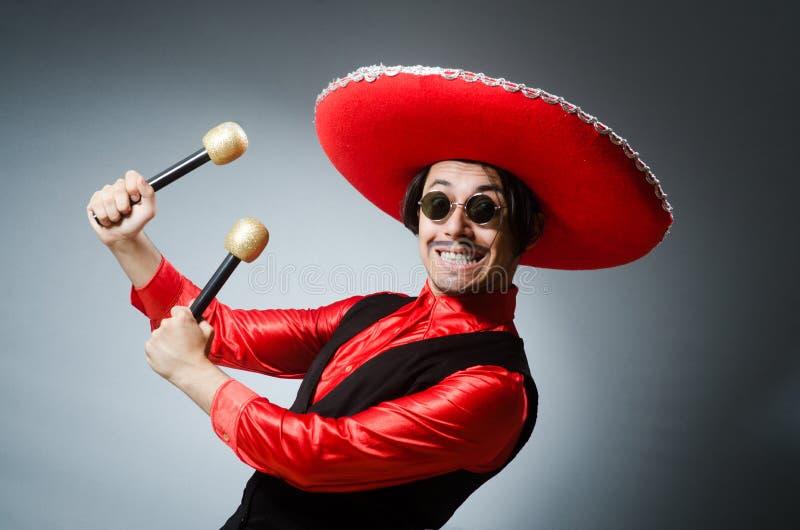 Download Πρόσωπο που φορά το καπέλο σομπρέρο στην αστεία έννοια Στοκ Εικόνες - εικόνα από λατινικά, maracas: 62708204