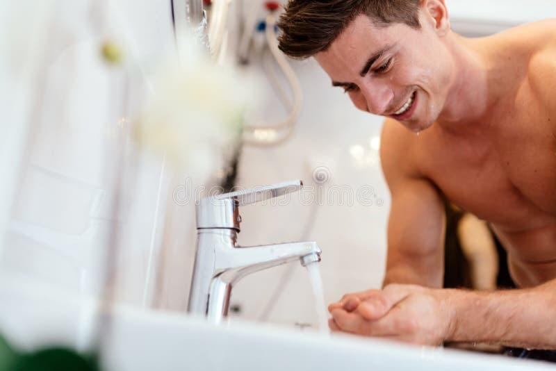 Πρόσωπο πλύσης ατόμων το πρωί στοκ εικόνα με δικαίωμα ελεύθερης χρήσης