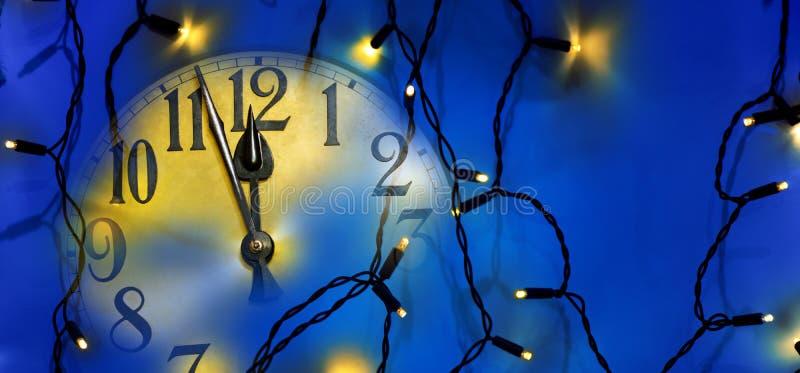 Πρόσωπο ρολογιών και ηλεκτρικό φως Χριστουγέννων στοκ εικόνα