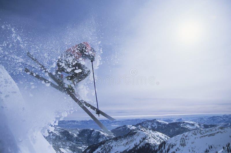Πρόσωπο στα σκι που πηδά πέρα από την κλίση στοκ φωτογραφία με δικαίωμα ελεύθερης χρήσης