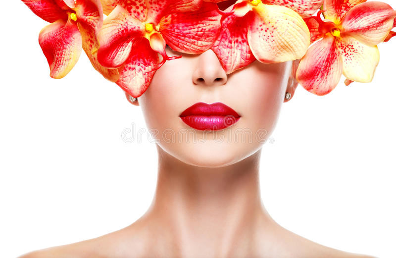 Πρόσωπο της γυναίκας με το φωτεινό κραγιόν χείλια και ρόδινα λουλούδια στοκ εικόνα με δικαίωμα ελεύθερης χρήσης
