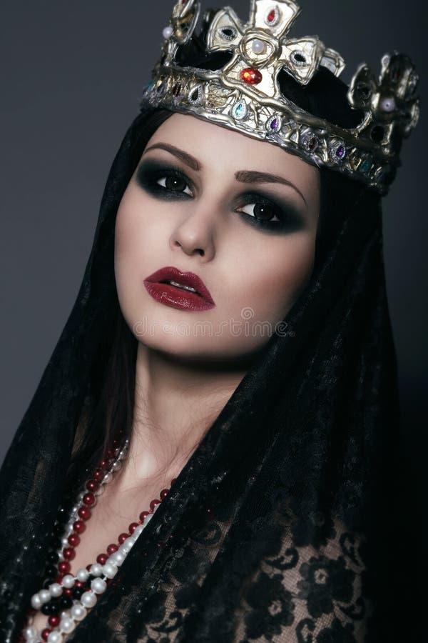 Πρόσωπο της μάγισσας στην ασημένια κορώνα με τα κοσμήματα στοκ φωτογραφία με δικαίωμα ελεύθερης χρήσης