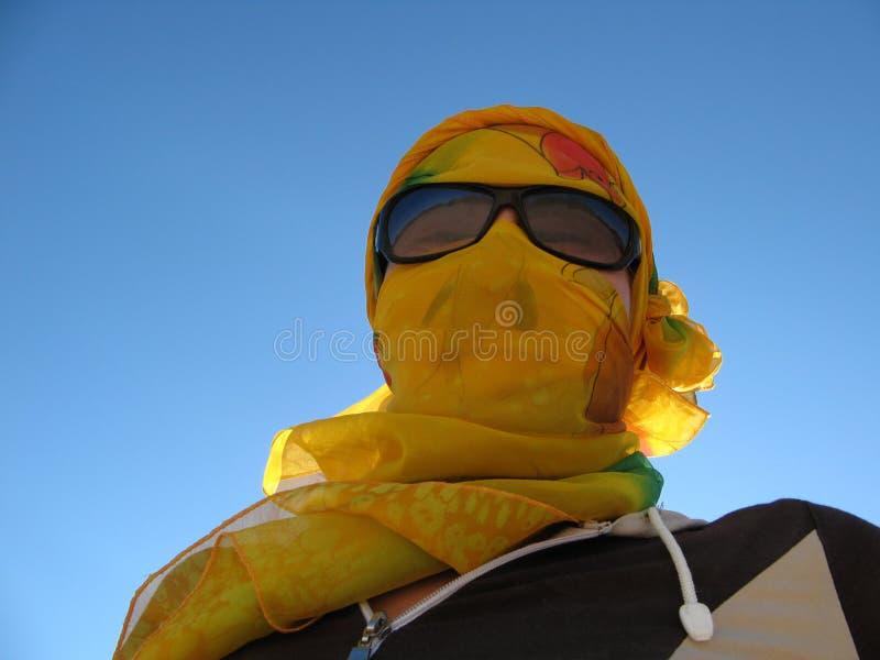 Πρόσωπο της νέας γυναίκας στο μαντίλι στοκ φωτογραφίες