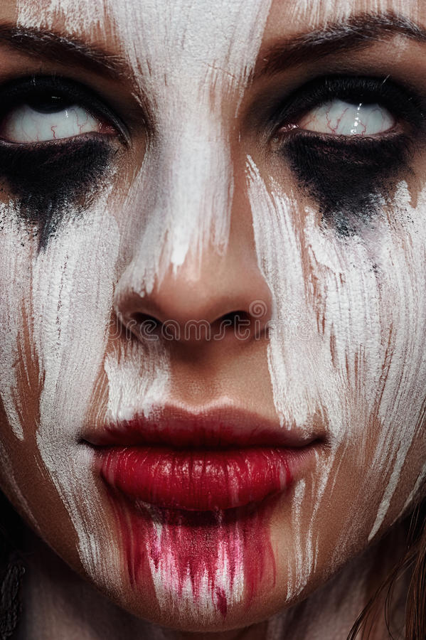 Πρόσωπο της νέας όμορφης γυναίκας με τα άσπρα μάτια στοκ φωτογραφία με δικαίωμα ελεύθερης χρήσης