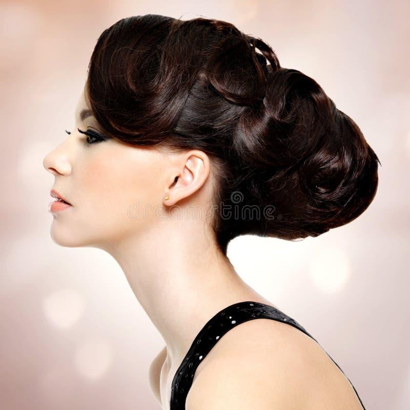 Πρόσωπο της όμορφης γυναίκας με τη μόδα hairstyle και το makeu γοητείας στοκ εικόνα