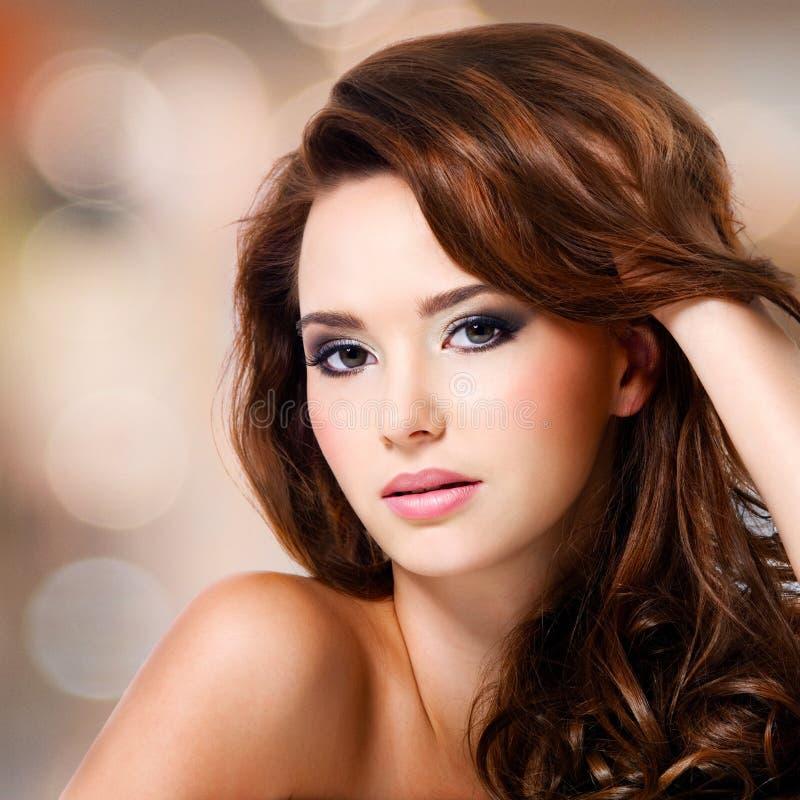 Πρόσωπο της όμορφης γυναίκας με τις καφετιές τρίχες στοκ φωτογραφίες