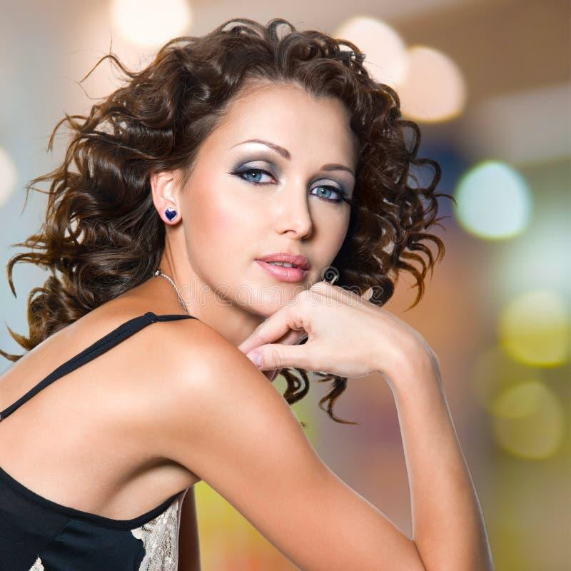 Πρόσωπο της όμορφης γυναίκας με τις μακριές σγουρές τρίχες στοκ φωτογραφίες με δικαίωμα ελεύθερης χρήσης