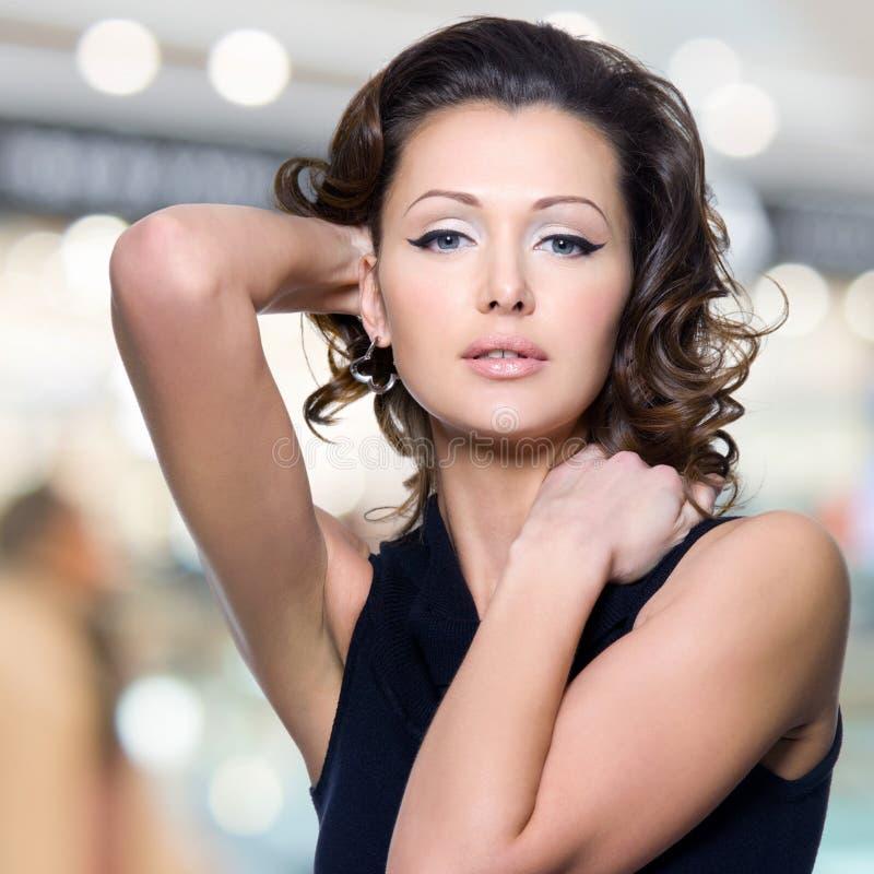 Πρόσωπο της όμορφης γυναίκας με τις μακριές σγουρές τρίχες στοκ φωτογραφίες