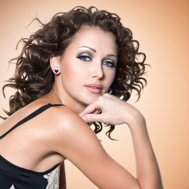 Πρόσωπο της όμορφης ενήλικης γυναίκας με τις σγουρές τρίχες στοκ εικόνες