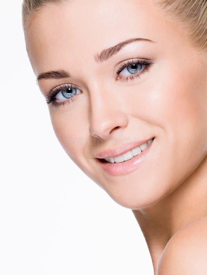 Πρόσωπο της όμορφης όμορφης γυναίκας χαμόγελου στοκ εικόνα