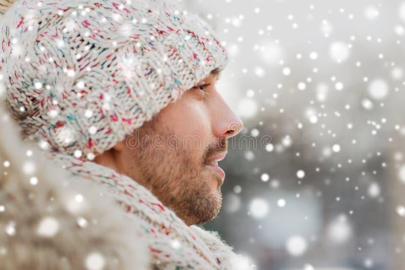 Πρόσωπο του ευτυχούς ατόμου υπαίθρια το χειμώνα στοκ εικόνες