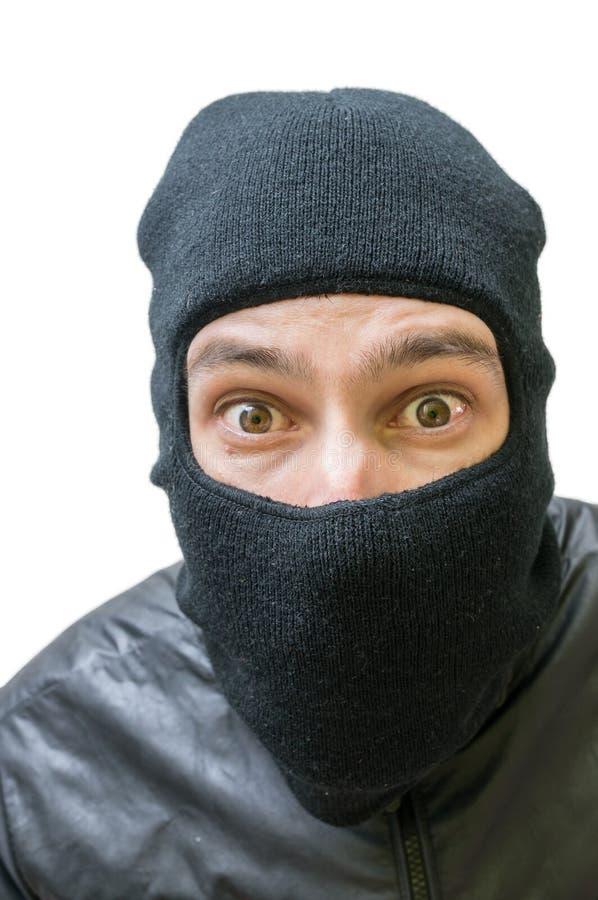 Πρόσωπο του διαρρήκτη που καλύπτεται με balaclava η ανασκόπηση απομόνωσε το λευκό στοκ φωτογραφίες