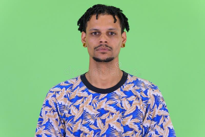 Πρόσωπο του νέου όμορφου αφρικανικού ατόμου με τα dreadlocks στοκ εικόνα