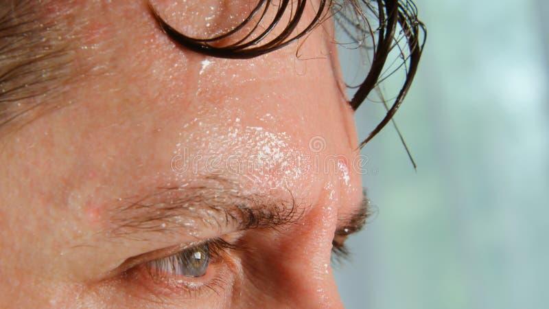 Πρόσωπο του πολύ ιδρώνοντας ατόμου στοκ εικόνες