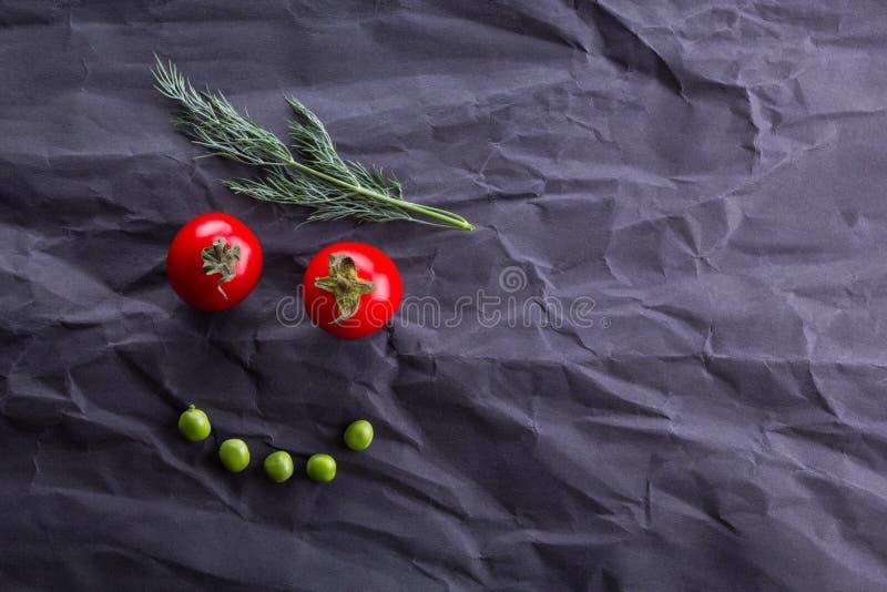 Πρόσωπο χαμόγελου από τα λαχανικά στο μαύρο υπόβαθρο εγγράφου στοκ εικόνες