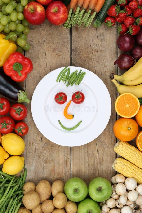 Πρόσωπο χαμόγελου από τα λαχανικά και τα φρούτα στο πιάτο με τις ντομάτες α στοκ εικόνες με δικαίωμα ελεύθερης χρήσης