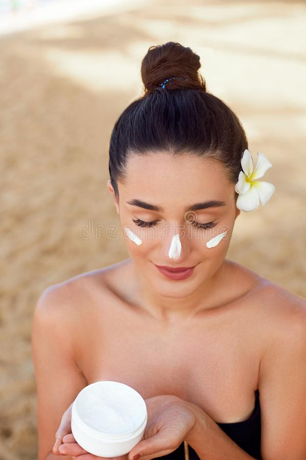 Πρόσωπο Skincare Ομορφιά και έννοια SPA Πορτρέτο της θηλυκής ενυδατικής κρέμας εκμετάλλευσης στο χέρι της στοκ εικόνες
