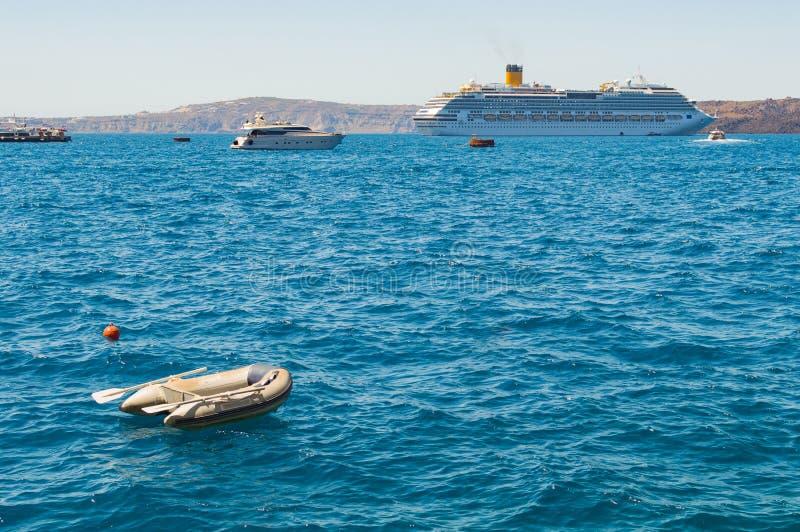 Πρόσδεση βαρκών λέμβων στο νησί Santorini στοκ εικόνες
