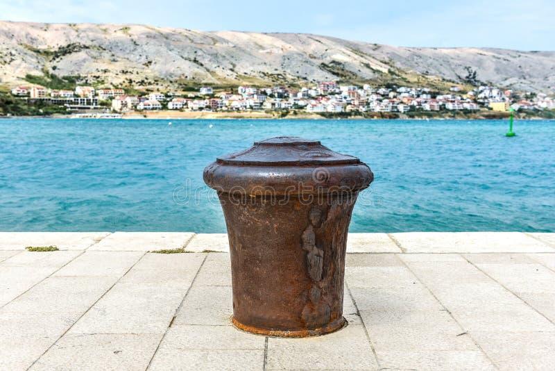 Πρόσδεση χάλυβα σε μια αποβάθρα πετρών στοκ εικόνα με δικαίωμα ελεύθερης χρήσης