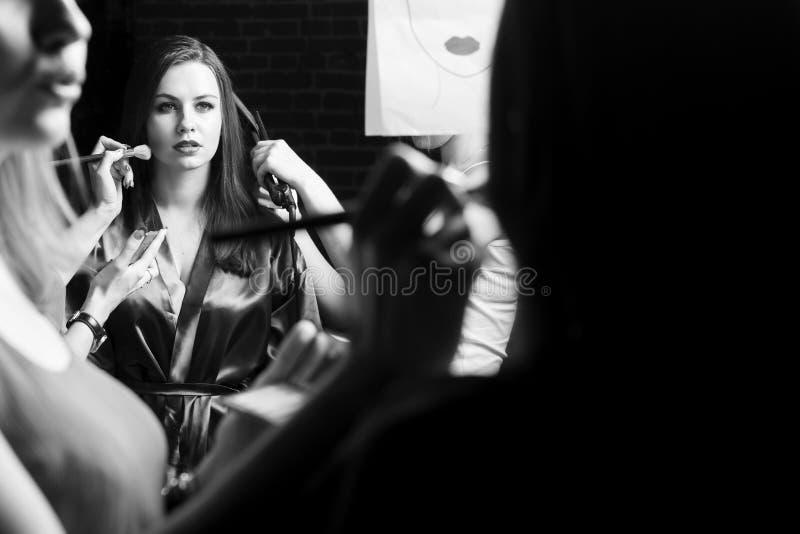 Πρότυπα μόδας που προετοιμάζονται για το διάδρομο από το μοντέρνο σχεδιαστή το μαύρο κορίτσι κρύβει το λευκό πουκάμισων φωτογραφί στοκ εικόνες