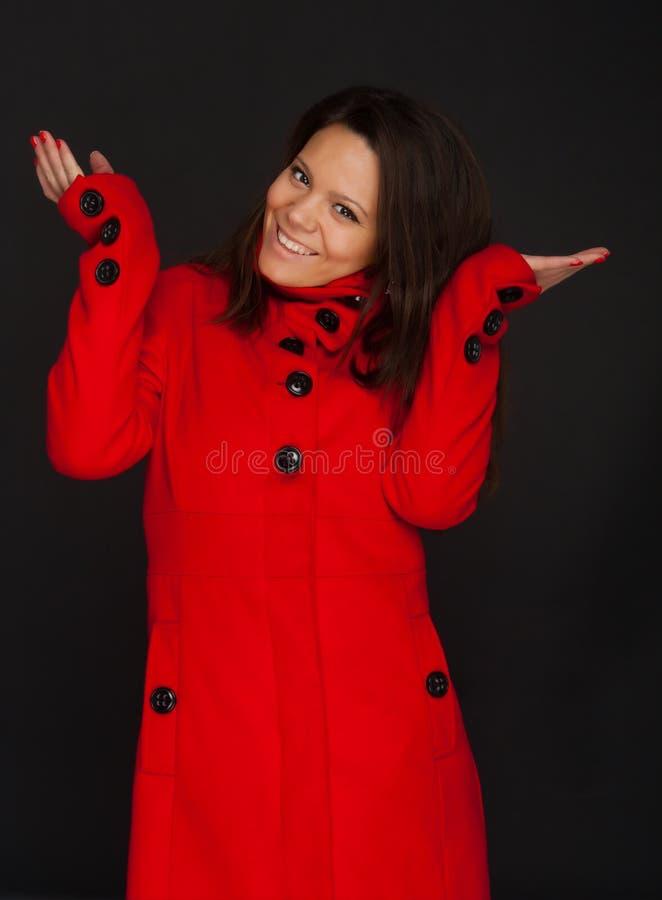 πρότυπες κόκκινες φορώντας χειμερινές νεολαίες παλτών στοκ εικόνες